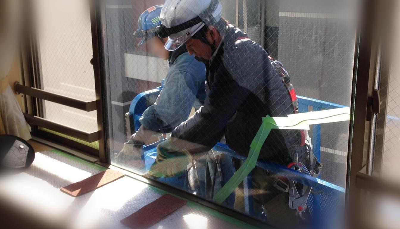 ガラスの修理作業中②