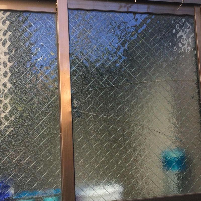 清川村エリア会社の事務所、泥棒被害によるガラスの割れかえ修理とサッシの凹み補修工事ビフォア画像
