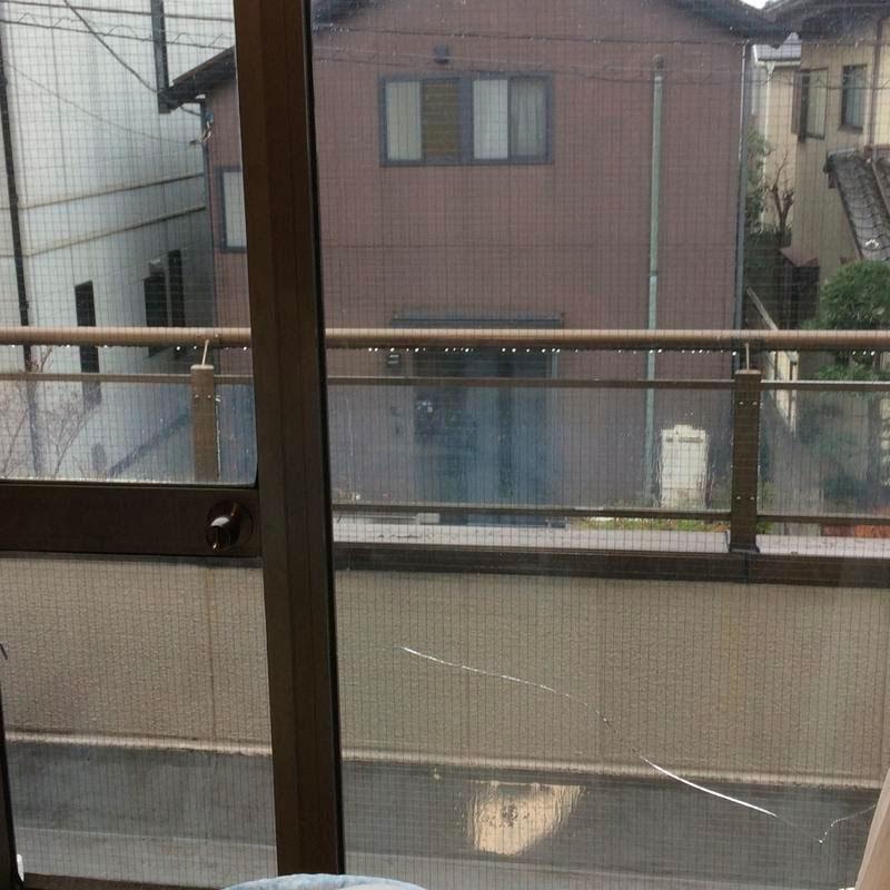 川崎市麻生区エリアマンション、ベランダ透明ワイヤーガラスのヒビ割れ修理ビフォア画像