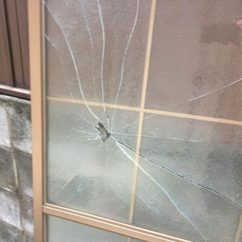 寒川町エリア、戸建て、ベランダくもりガラスの泥棒被害によるガラス割れ替え交換修理ビフォア画像