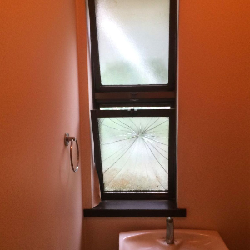 伊勢原市高森エリア、戸建て滑り出し窓ガラストイレNOお掃除中に清掃道具が当たってしまった事によるガラスの割れかえ修理ビフォア画像