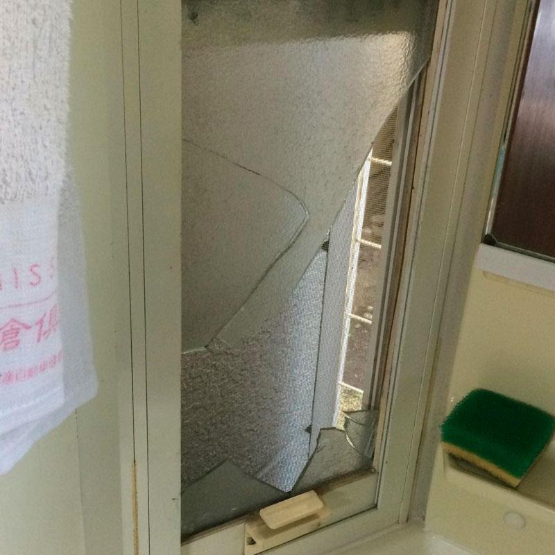鎌倉市由比ガ浜エリア、戸建て、洗面所上げ下げ窓、くもり4mmガラスの割れかえ修理ビフォア画像