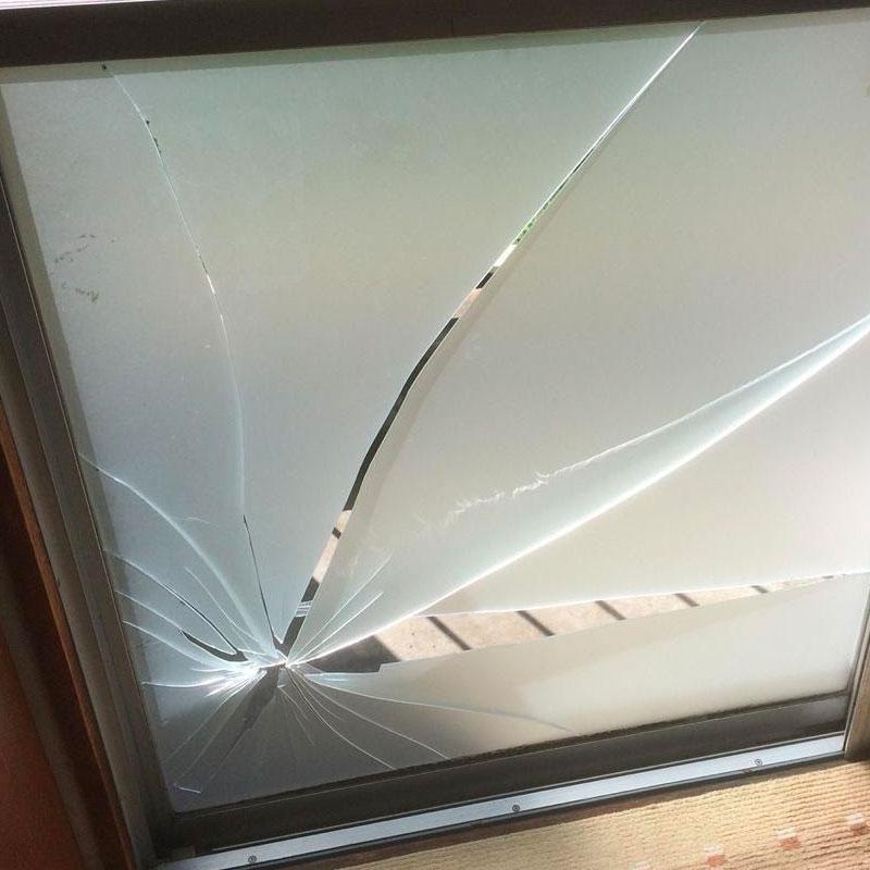 厚木市鳶尾エリア団地のベランダ窓ガラス割れかえ施工完了しました。ビフォア画像