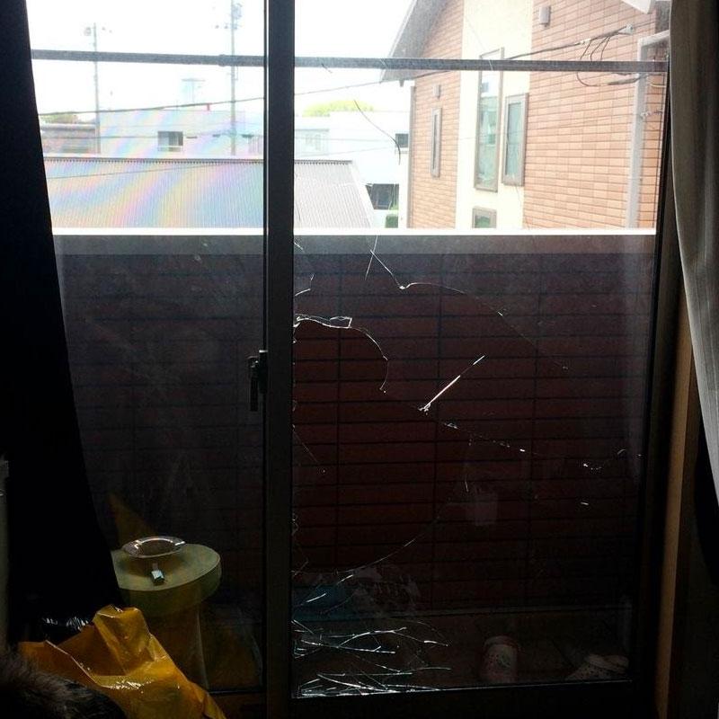 横浜市緑区エリア、アパートベランダ透明ペアマルチ割れガラス交換修理ビフォア画像