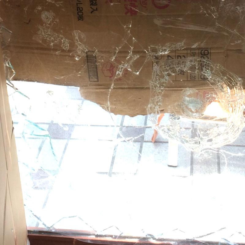 伊勢原市串橋エリア、店舗透明5ミリガラス泥棒被害によるガラスの割れ替え修理ビフォア画像