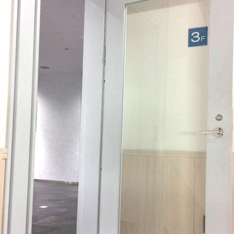 清川村エリア、マンション非常階段のドアガラス割れ替え交換修理アフタ画像