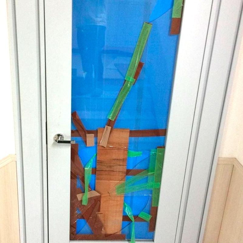 清川村エリア、マンション非常階段のドアガラス割れ替え交換修理ビフォア画像