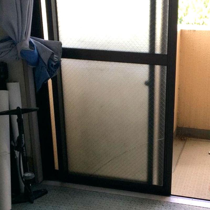 大磯町エリア、マンション、ベランダくもりワイヤーガラスのヒビ割れガラス交換修理のお客様ビフォア画像