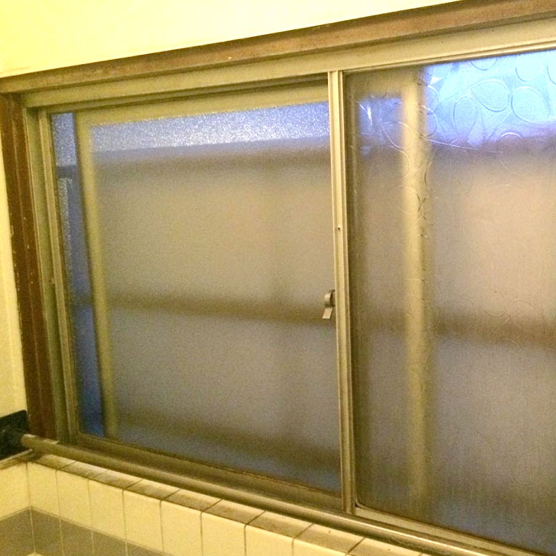 平塚市入野エリア、アパート隣の人がガラスを子供が割ってしまい浴槽にガラスの破片が飛び散ったガラス交換修理アフタ画像