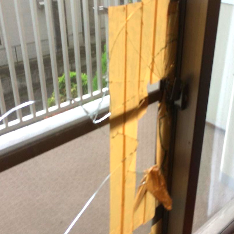 伊勢原市上谷エリア、マンション、子供に室内から鍵を閉められてしまい自分でガラスを割ったベランダ透明ガラスガラス交換修理のお客様ビフォア画像