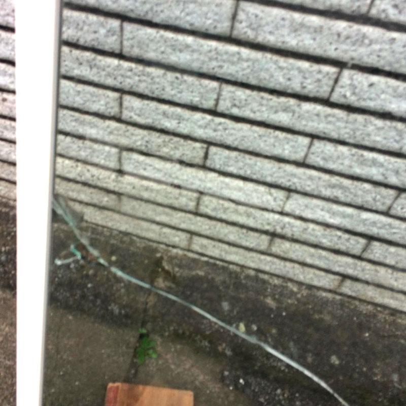 横浜市泉区エリア、戸建て、透明3ミリガラスが泥棒に破られてしまい、ガラス交換修理をしました。ビフォア画像