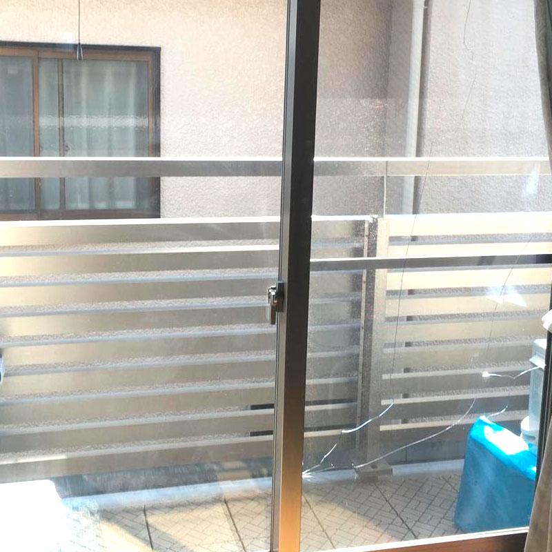 鎌倉市小町エリア、戸建て、2階ベランダ透明複層ガラス割れ「ペアマルチスーパー」ガラス交換修理ビフォア画像