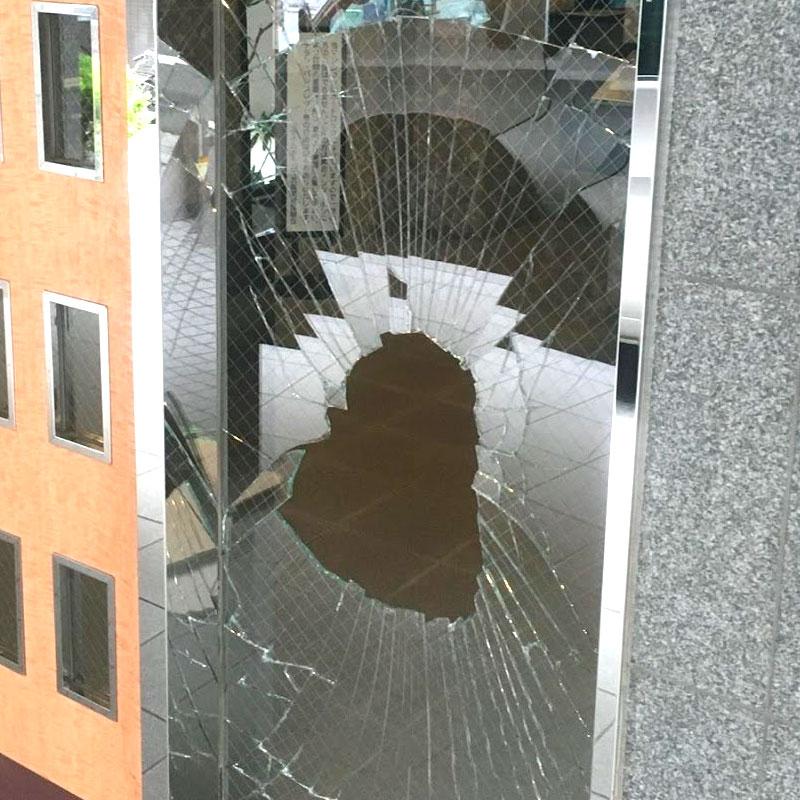 座間市入谷エリア、マンション、エントランス透明ワイヤーガラス子供が石を投げてしまいガラス割れ、ガラス交換修理ビフォア画像